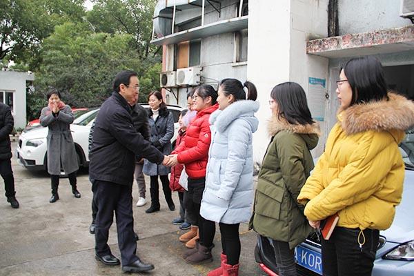 暖心,万亚伟部长长假后第一天专程慰问市演艺集团